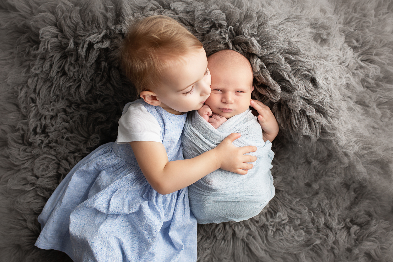 Babyfotos mit großer Schwester