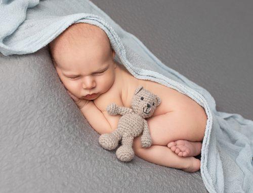 Neugeborenenfotos mit großer Schwester und Mama